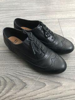 Clark's classic black oxfords (size 7)