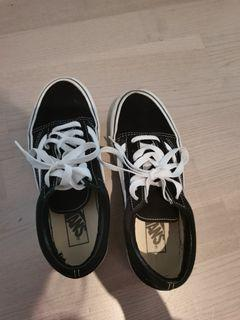 Vans sneaker size 7 only wore once