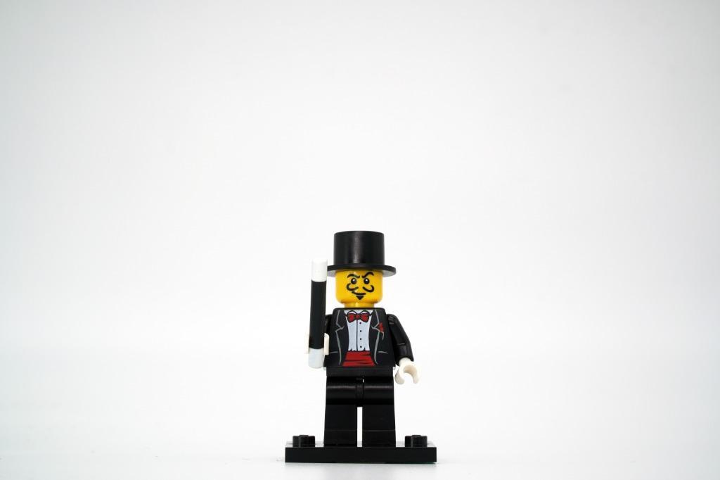 Genuine Minifigure Cowgirl Lego Series 8 CMF Plate /& Accessories