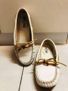 Minnetonka 莫卡辛 真皮 白色 蝴蝶結綁帶 皮鞋 平底鞋 娃娃鞋 休閒鞋  圓頭鞋
