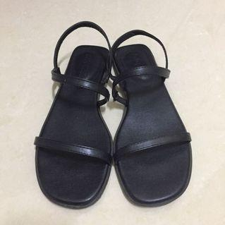 一字帶黑色平底涼鞋