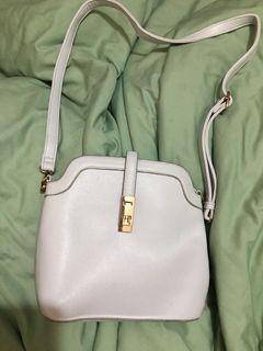 白色側背包