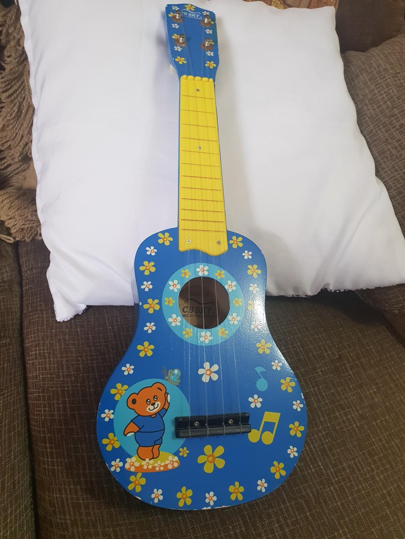 藍色烏克麗麗原價1000左右,精緻小巧,簡單易學,外型貌似是小吉他的弦樂器,50×18公分,8成新左右見圖唯此一個