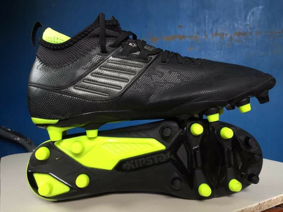 pasos manga contacto  DECATHLON SPIKE SHOES BLACK NEON, Sports, Field Sports on Carousell