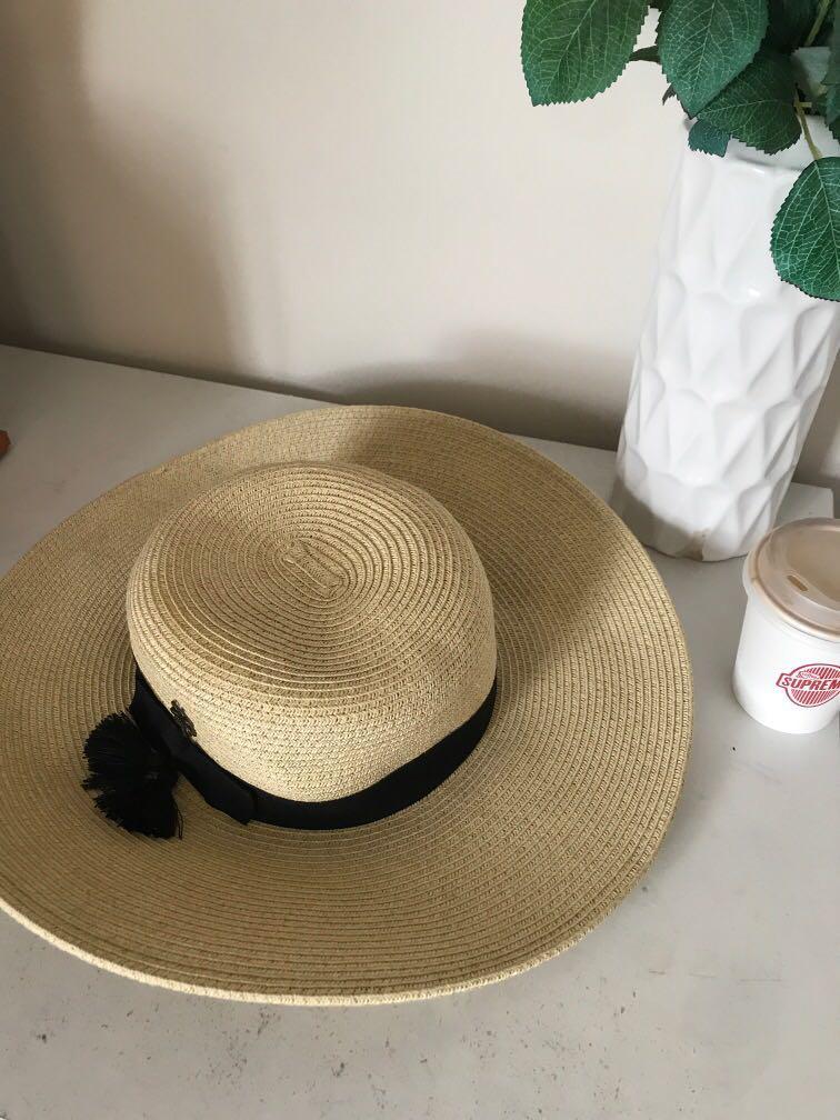 Hat ~~