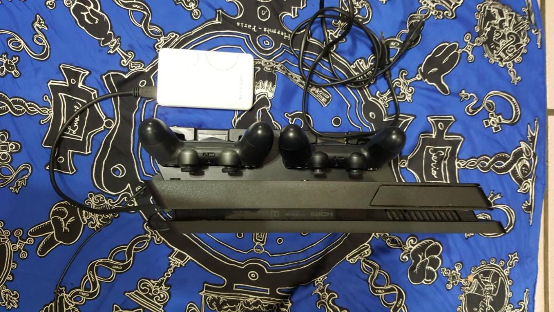 PS4主機+2 支原廠搖桿+外接式USB,1TB硬碟+USB 主機散熱器+USB原廠耳機1+ 直立式搖桿充電器2