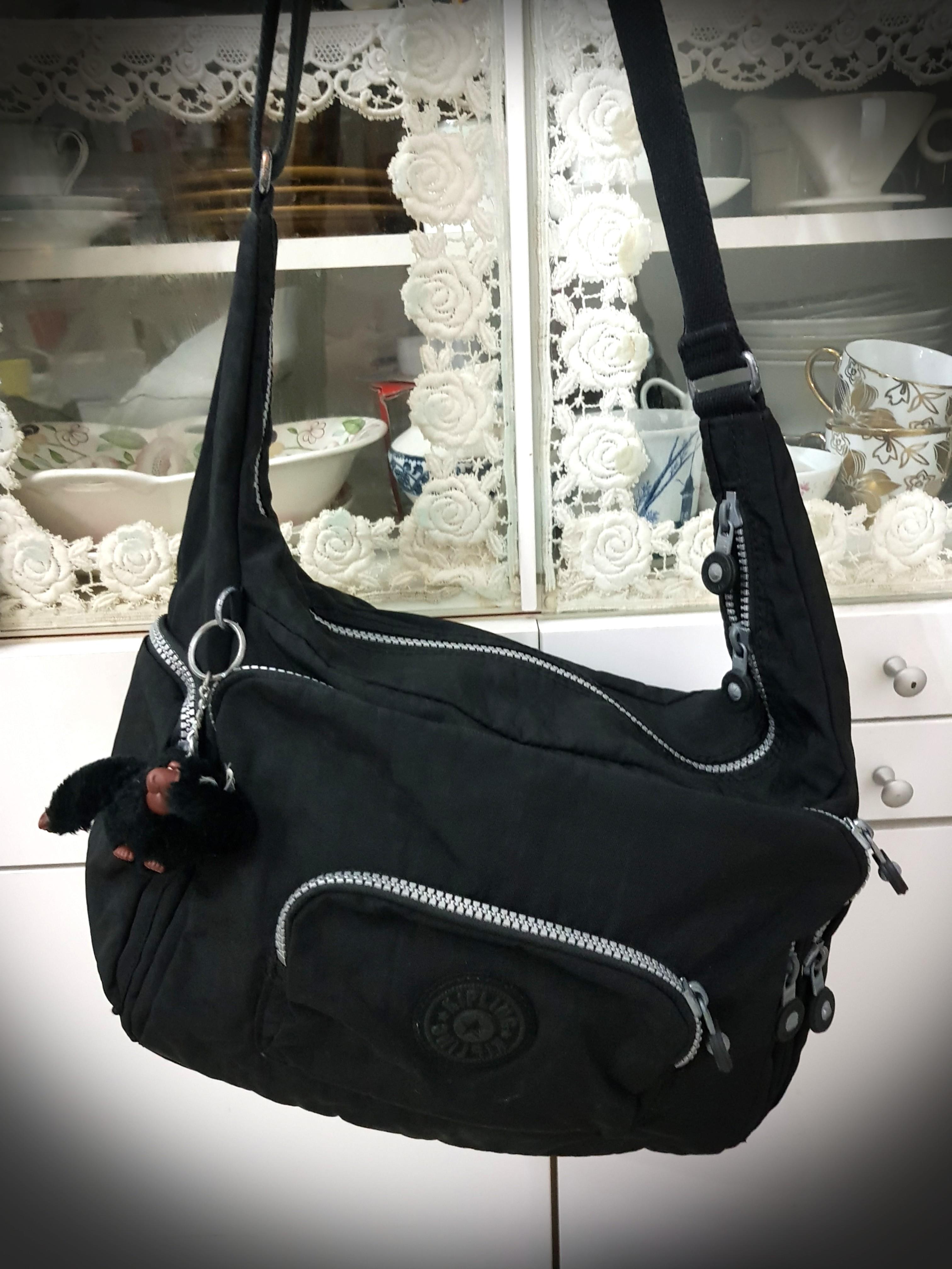 Fotoeléctrico Asimilación Estación de ferrocarril  Kipling Black Sling Body Bag, Women's Fashion, Bags & Wallets, Sling Bags  on Carousell