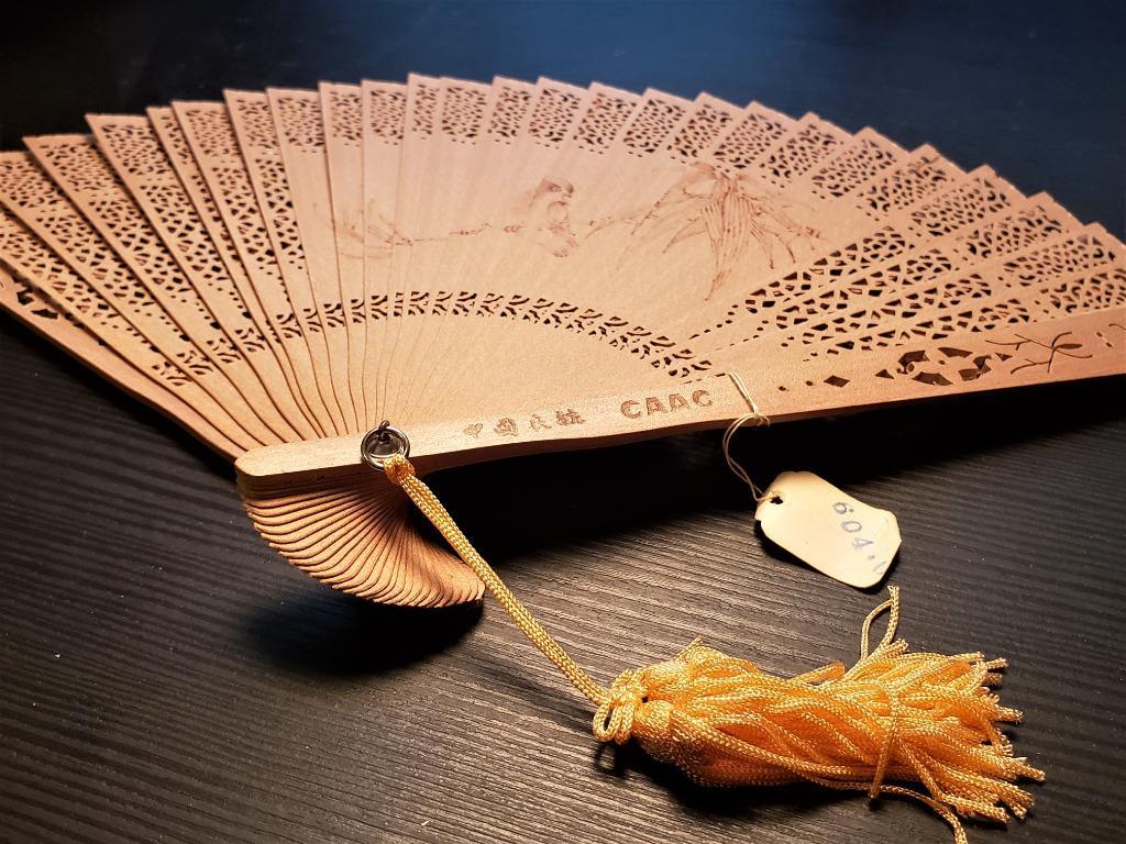 70's 80's年代的中國民航CAAC檀香雕花雀鳥燙畫手扇連棉盒 再減價益朋友,