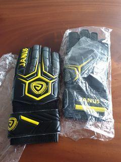 Janus goalkeeper glove with fingersave