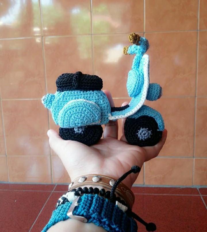 Dijual mainan  dari kerajinan rajut bentuk vespa