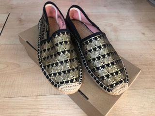 soludos 黑底金紋草編鞋