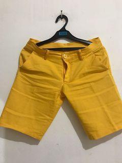 Celana kuning pendek