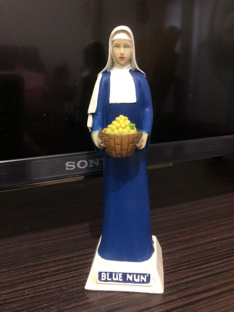Blue nun修女像