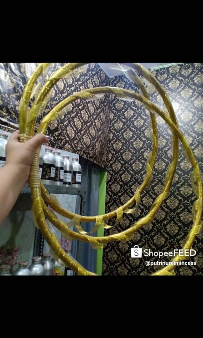 Hula hoop 50cm yang sudah terbalut pita gold atau silver