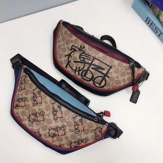 COACH 4590 抽象馬車圖案腰包 胸包 卡通 可愛 可放長夾 防水防刮 附購證