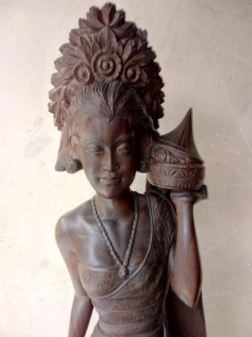 Patung perempuan desa