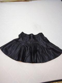 皮短裙,含內襯褲
