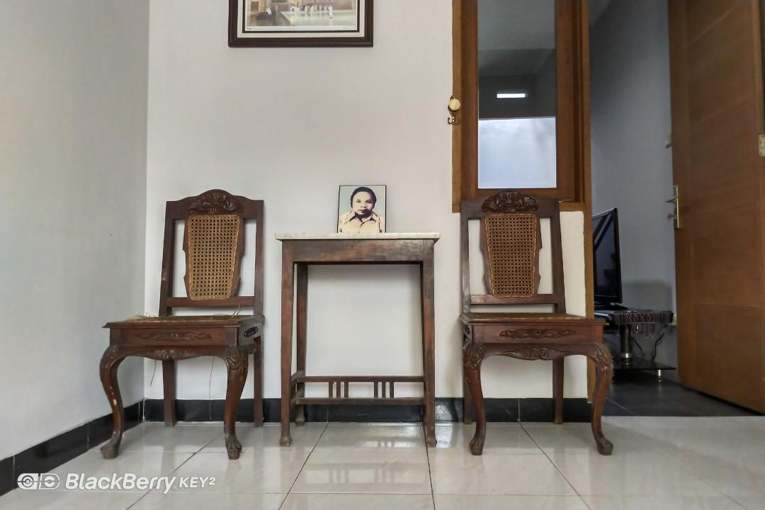 Meja marmer kuno & kursi tua antik