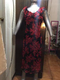 全新黑底紅花絲質前後V領過膝魚尾洋裝