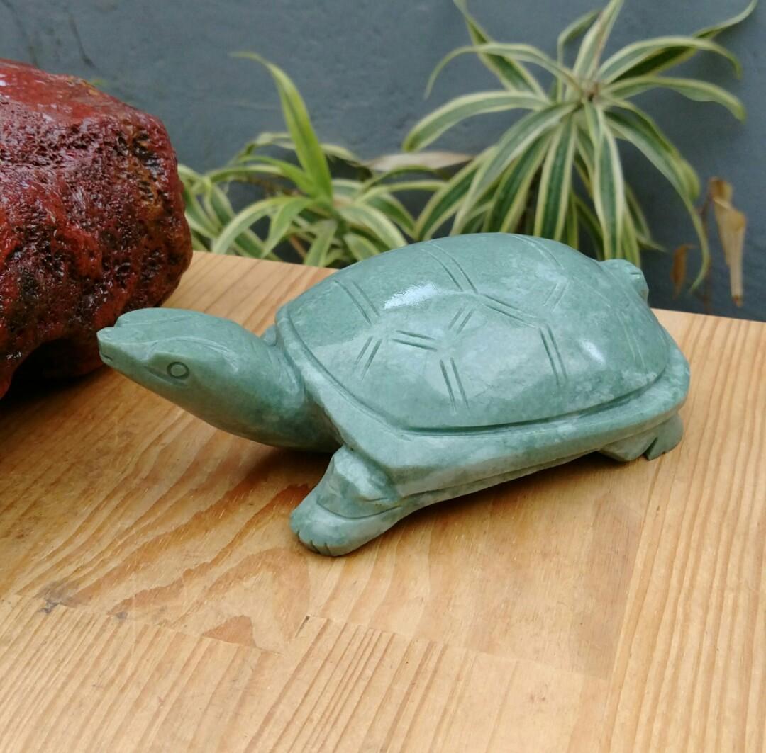 老珍藏天然緬甸豆綠青玉精雕長壽龜擺件/純手工精雕長壽龜,重約450公克,珍藏品出清,只有一件