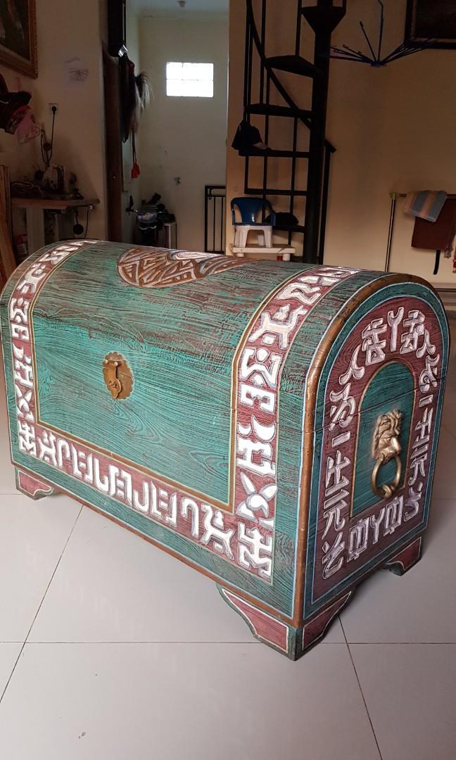 Kotak peti cina dari kayu tua
