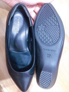 日本Fuwaraku 黑色低跟包鞋 櫃姐必備!