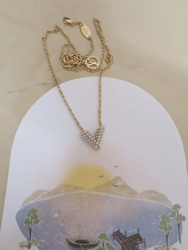 Like new Louis Vuitton essential v necklace with pearl
