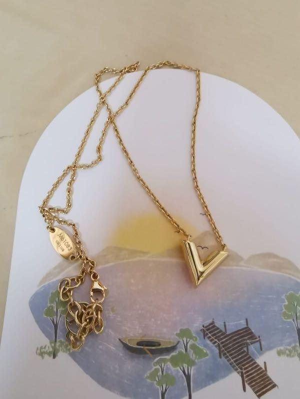 Like new LV essential v necklace