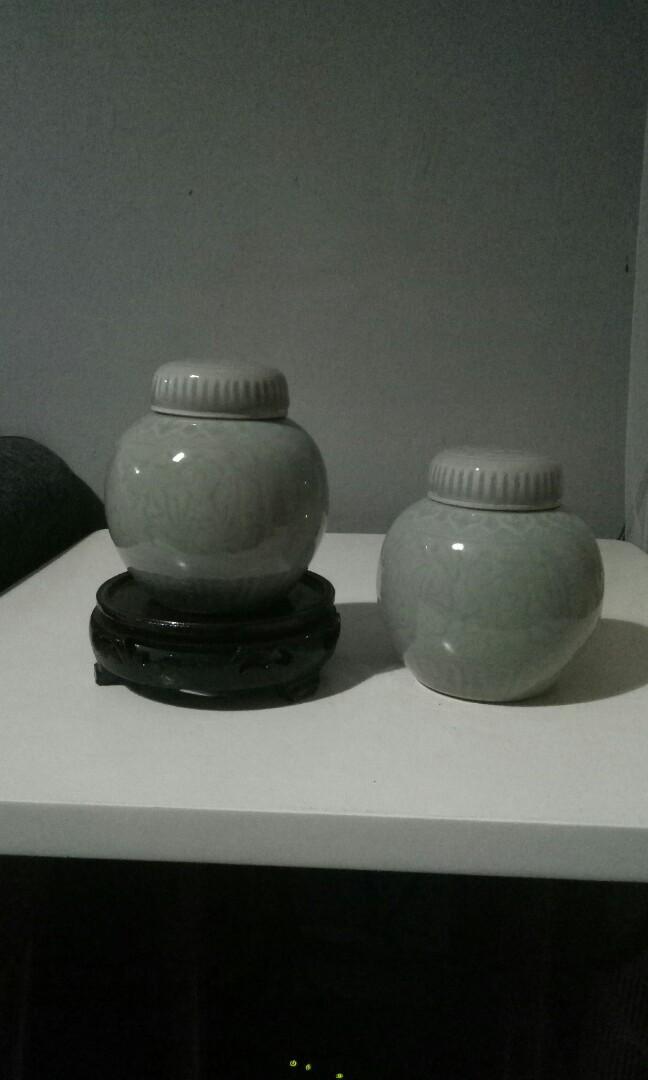 Sepasang guci celadon