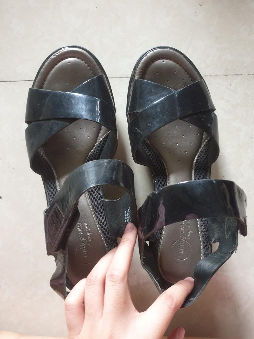 Sepatu sendal hitam