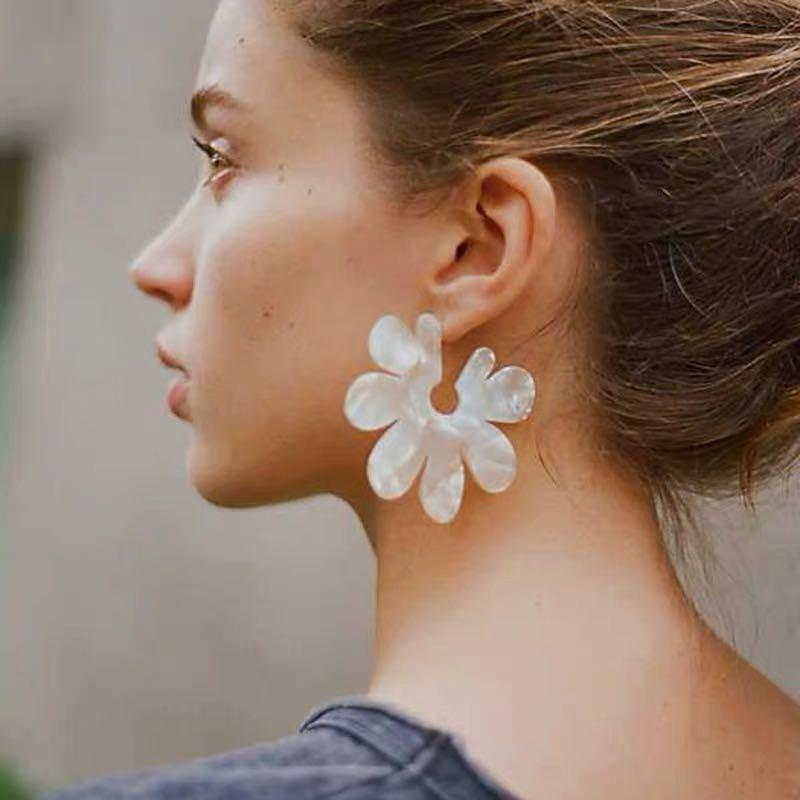 ✨Brand new White flower earrings✨
