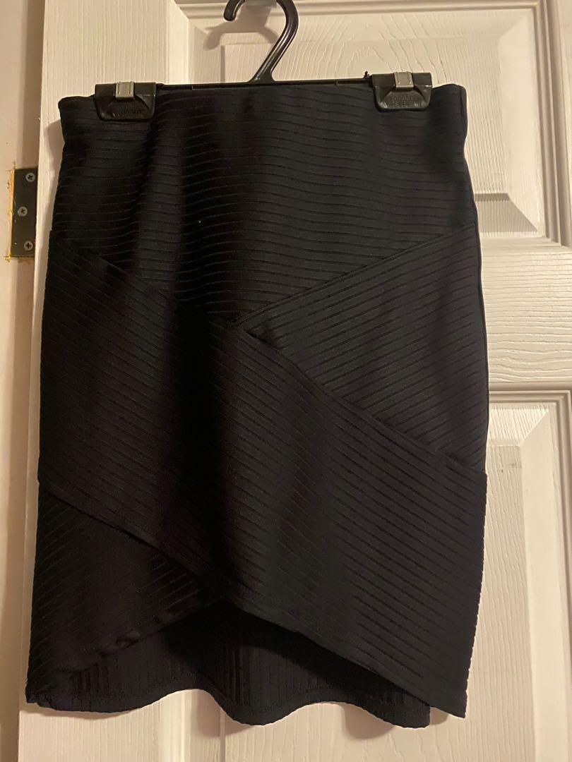 H& M black fitted skirt (size small)