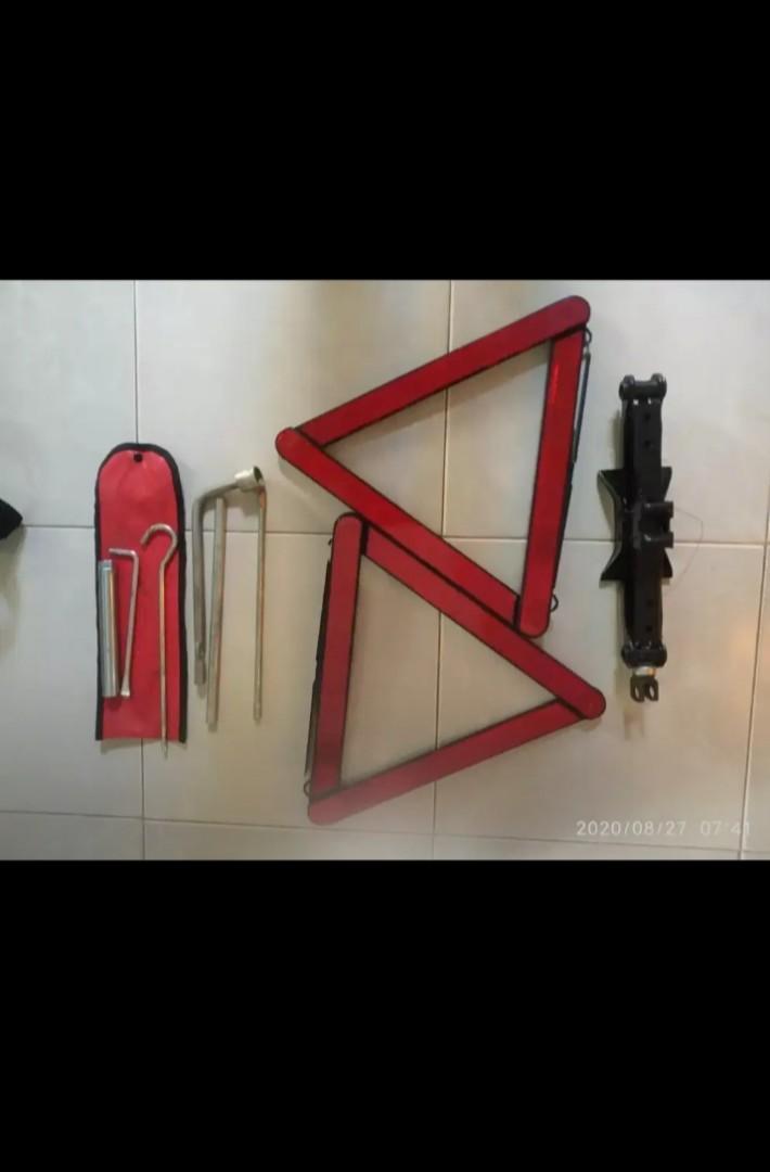 Traffic sign dongkrak tools