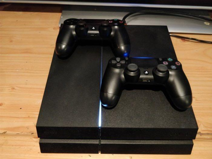 PlayStation 4 - 500 GB - Two Controllers