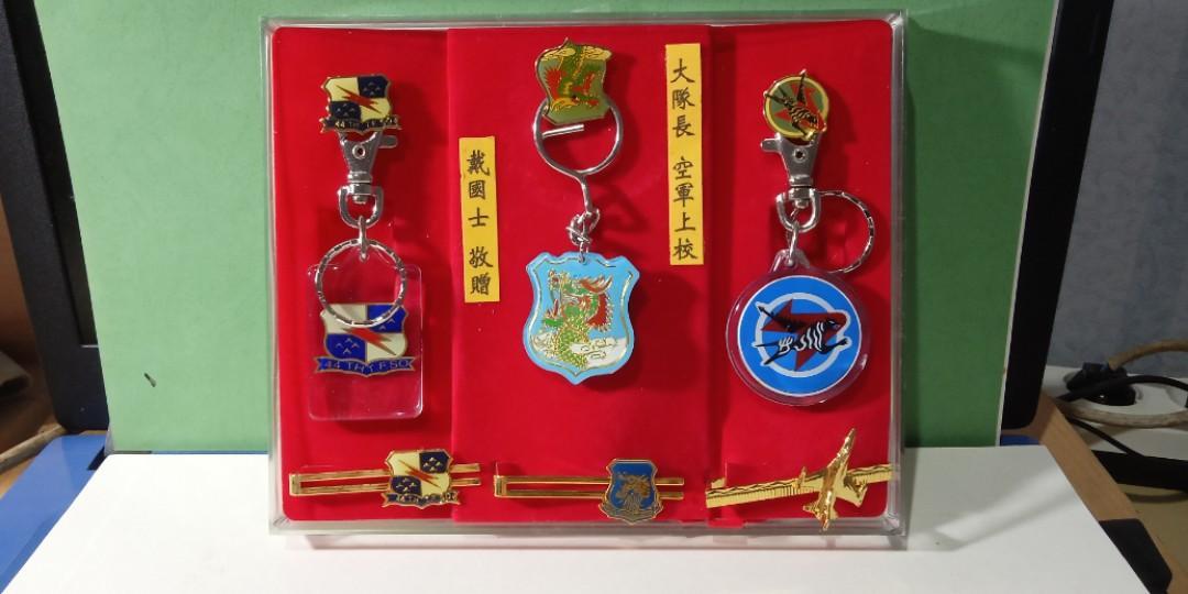 Pin, gantungan kunci dan jepit dasi