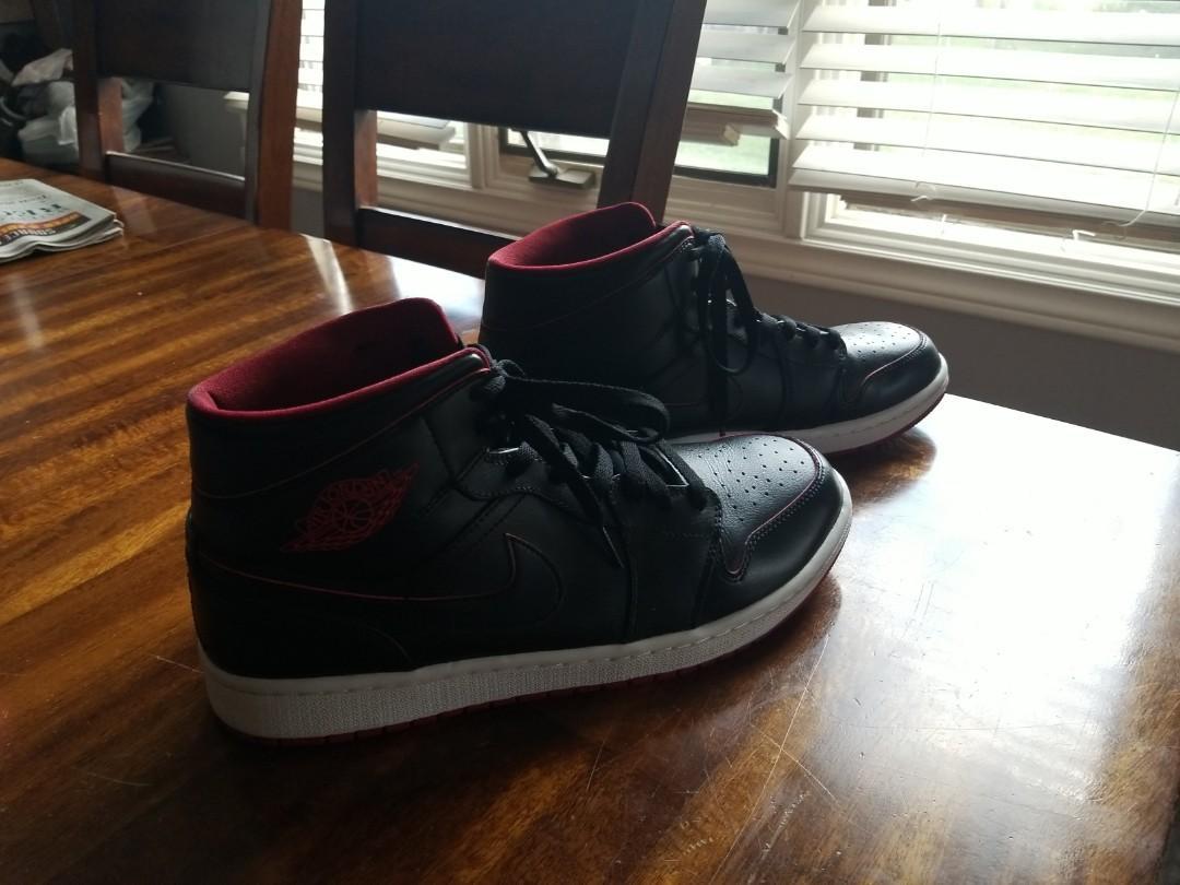 Mens size 10.5 nike Jordan retro 1 mid black red white