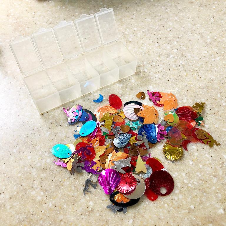二手 🌟 🍁 💖 🌛 綜合 亮片 手工藝 + 分類盒 DIY材料 裝飾 布置 楓葉 橢圓 天使 藥盒 小格 收納