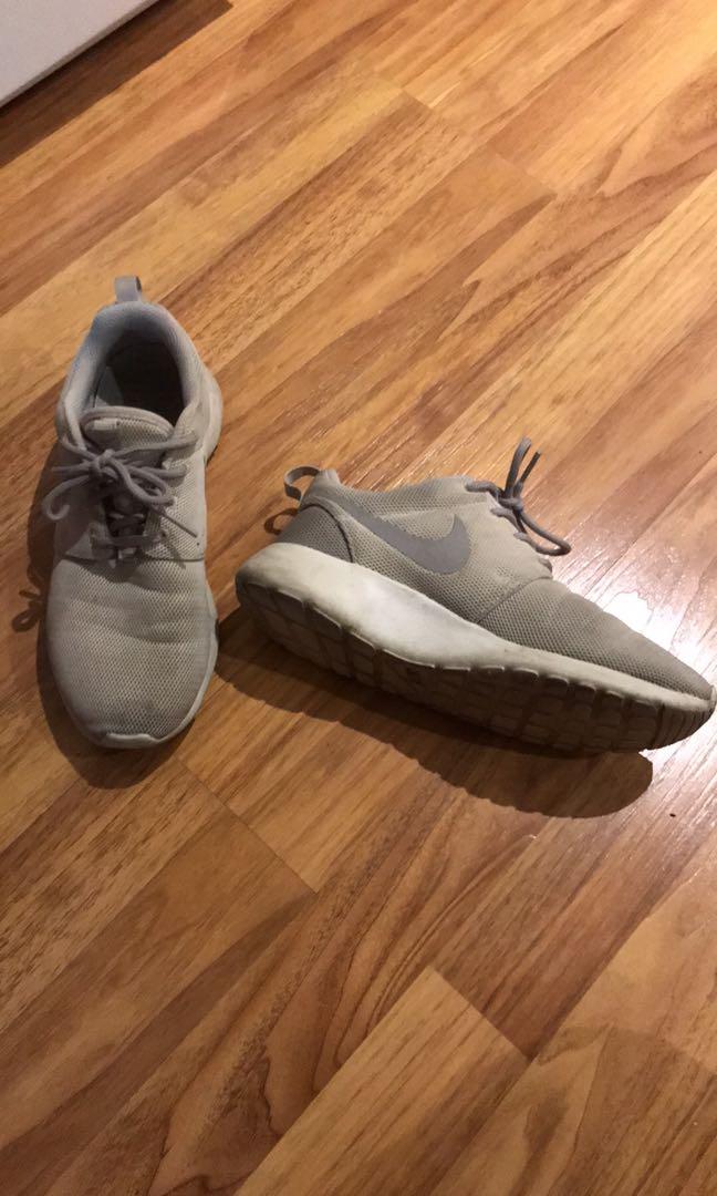Nike beige runners