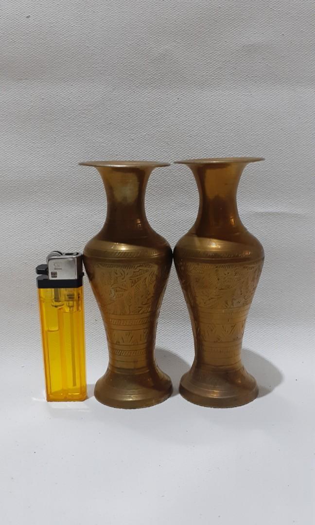 Sepasang vas bunga ukir bahan kuningan