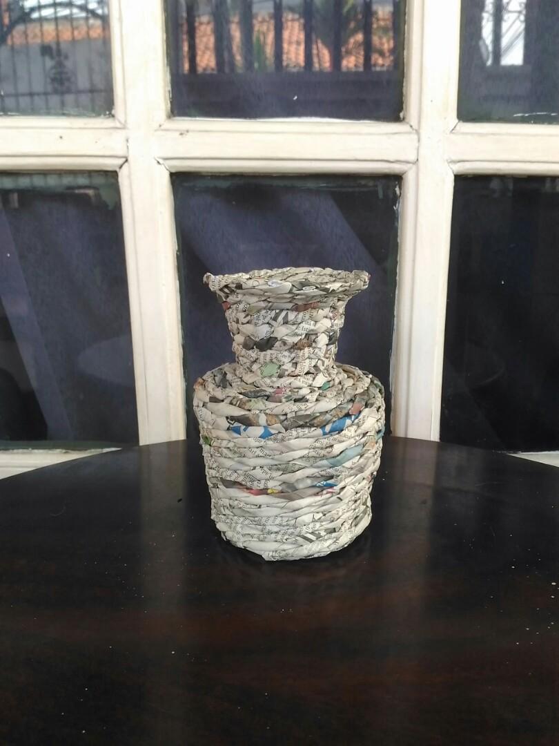 Vas bunga  dari  kertas  koran