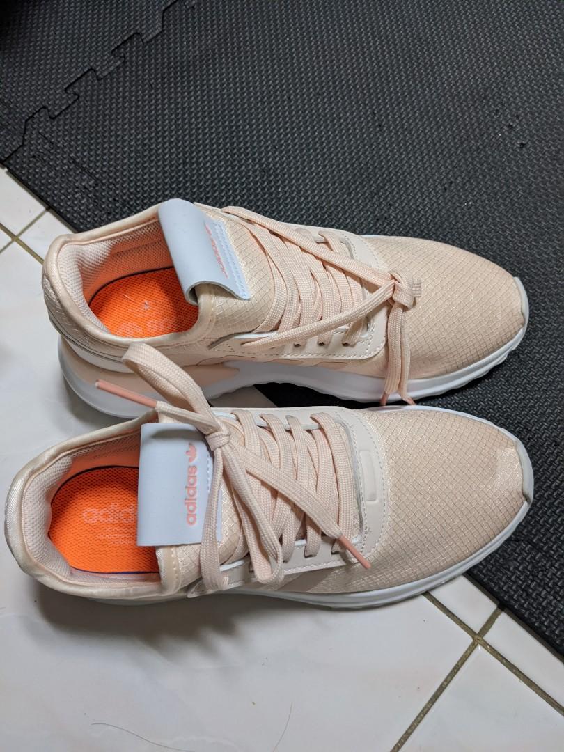 Adidas粉橘慢跑女鞋