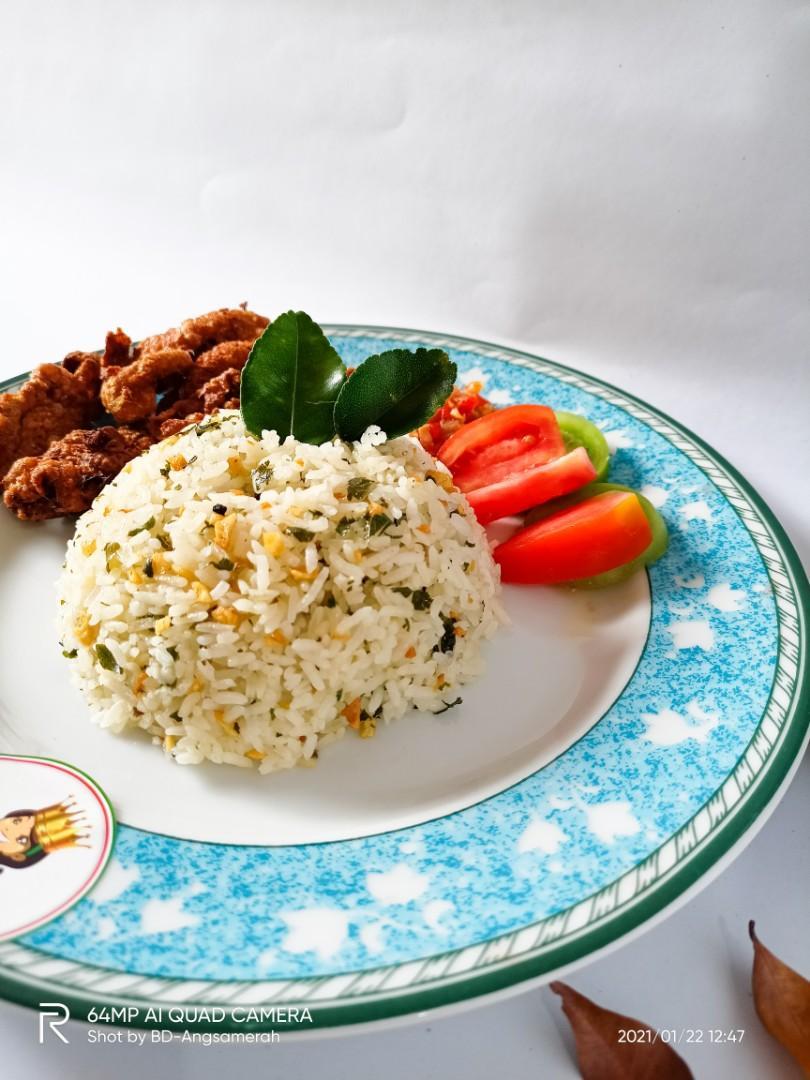 Sambal Kulit ayam kriuk dengan nasi daun jeruk