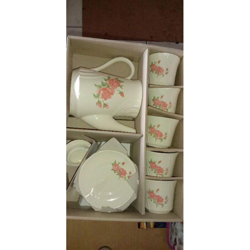 Cangkir keramik satu set