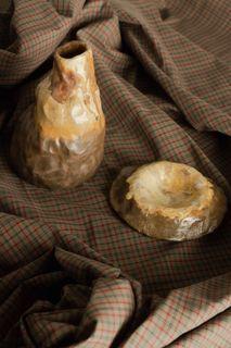 棕瓶花器與小碟