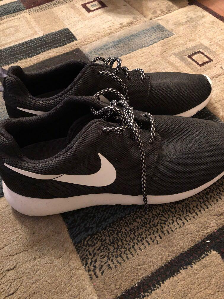 Black/White Nike roshes