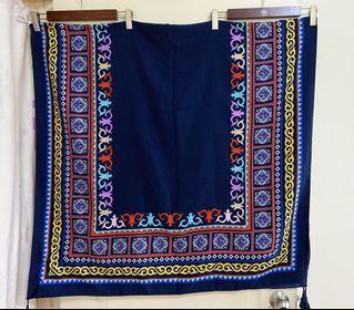 全新  優雅貴氣的圖騰湛藍色長方絲圍巾、披肩(圖一為長方形折一半的圖示、圖二為自行搭配僅供參考呦)