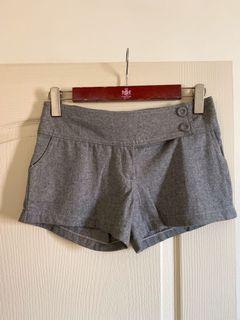 灰色造型 薄毛尼短褲低腰M號 後有蝴蝶結造型 可搭配長靴很俏麗~💕