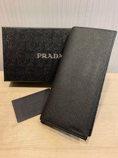 Prada saffiano 防刮皮革壓印Logo直式對折長夾(黑)
