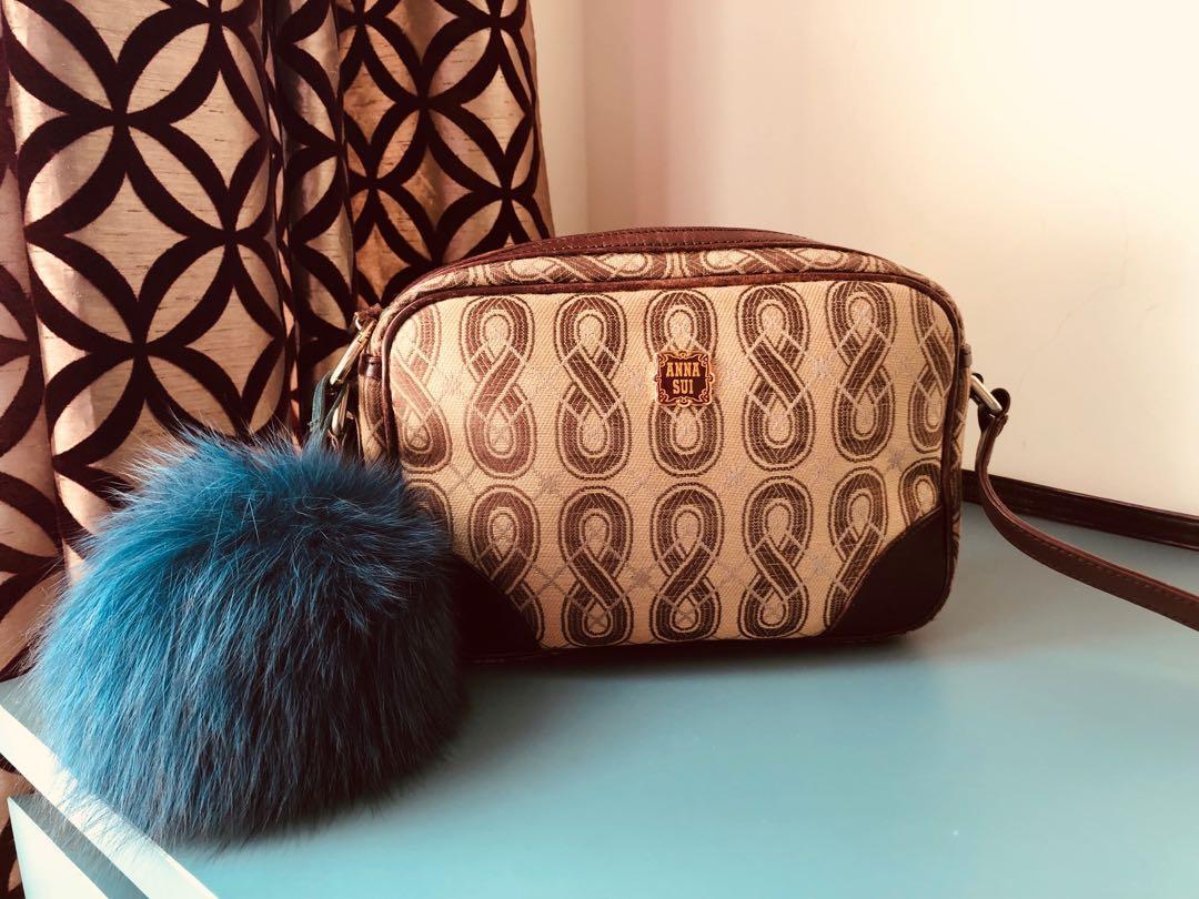 Anna Sui東京回憶相機包。(產品不含毛球吊飾)