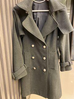 灰色雙排扣挺版長大衣